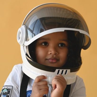 niña disfrazada de astronauta